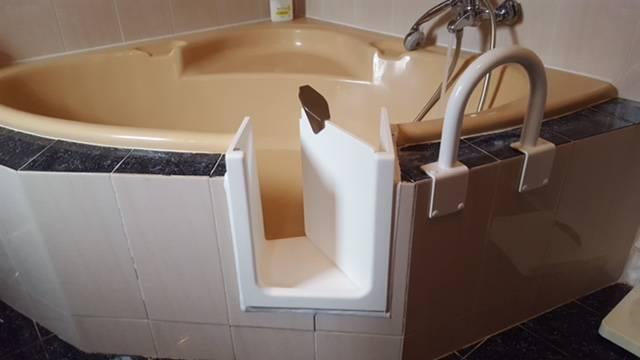 Ouverture de baignoire avec porte tanche hy res dans le var 83400 en r gion paca r novation - Baignoire a porte laterale ...