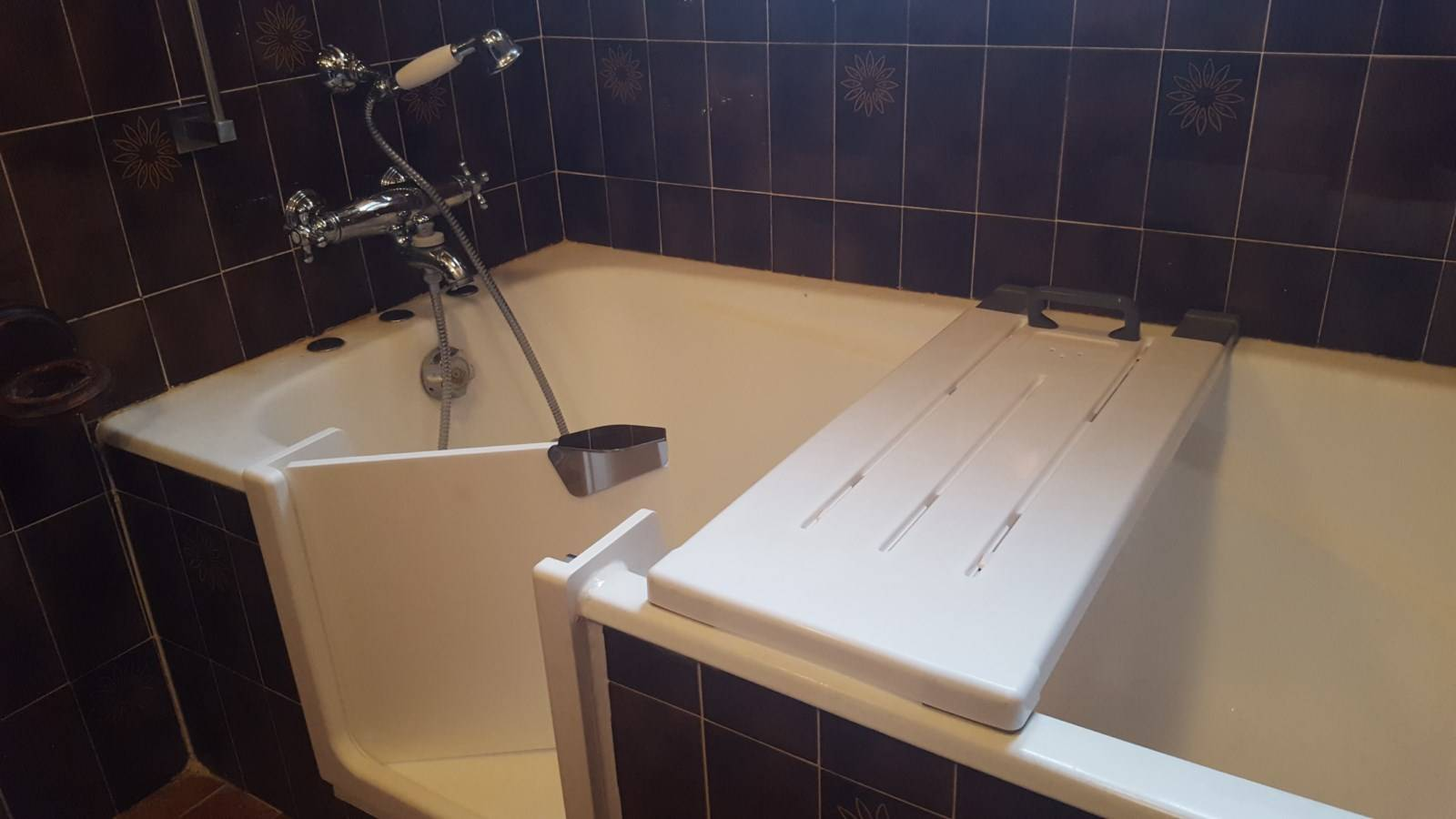 ouverture de baignoire fonte blanche avec pose d 39 une porte tanche sisteron dans les alpes de. Black Bedroom Furniture Sets. Home Design Ideas