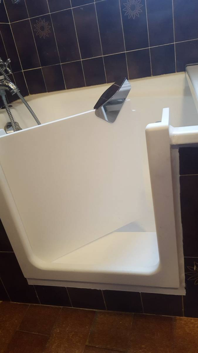 Ouverture de baignoire fonte blanche avec pose d 39 une porte tanche sisteron dans les alpes de - Pose d une baignoire acrylique ...