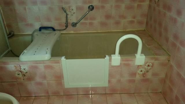 ouverture de baignoire fonte avec planche de bain et barre. Black Bedroom Furniture Sets. Home Design Ideas